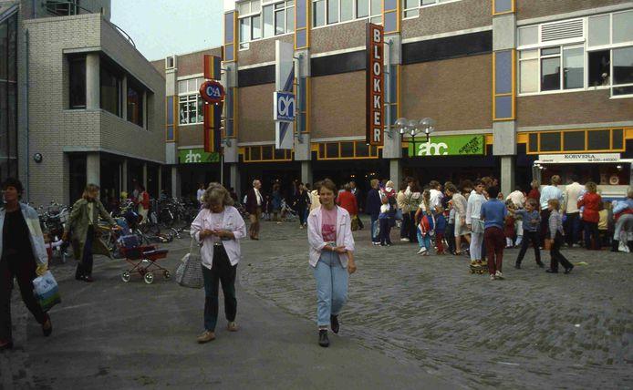 Winkelend publiek op het plein voor cultureel centrum De Stoep (links) en het ABC-complex, circa 1985.
