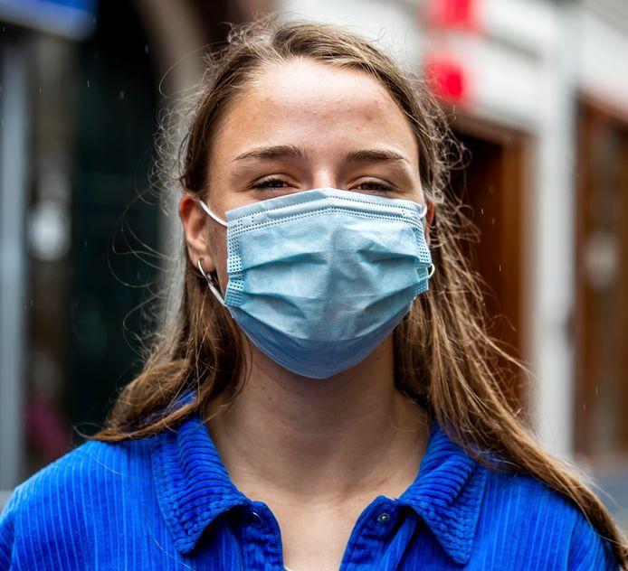 Drukke winkelstraten in Utrecht, waar lang niet iedereen bezorgd lijkt om het coronavirus. Toch kentert het beeld: steeds meer mensen dragen buiten op straat een mondkapje, zoals Claudia Meijer (17).