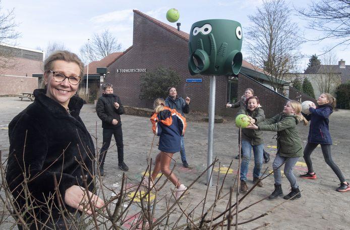 Elona te Lintelo op het schoolplein van de B. Tormijnschool in Noordijk.