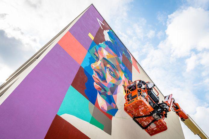 Het duo Dourone uit Belgie is woensdag bezig met een muurschildering in de Afrikaanderwijk. Het werk moet zondag af zijn.