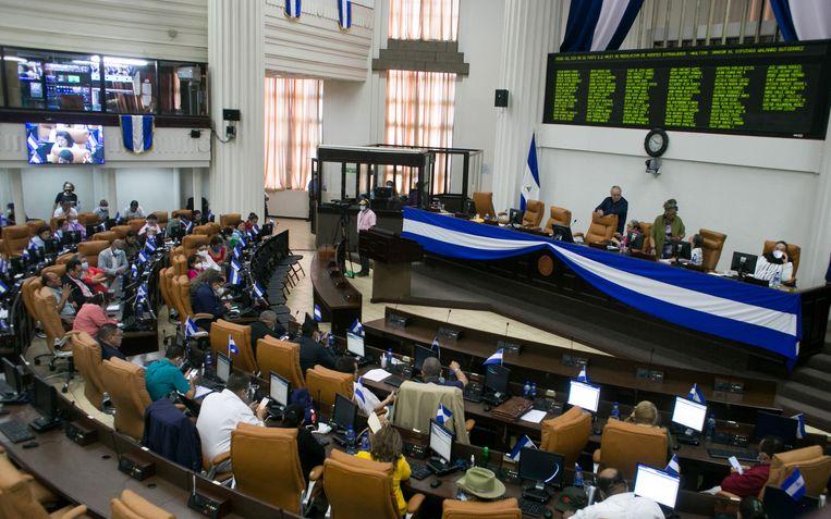 Het Nicaraguaanse parlement kwam donderdag bijeen om te besluiten over de omstreden wet voor 'buitenlandse agenten'.  Beeld Reuters