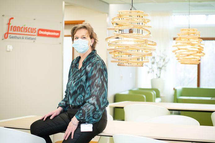 Ellen Lagendijk in de wachtruimte van het oncologiecentrum van Franciscus Gasthuis & Vlietland.