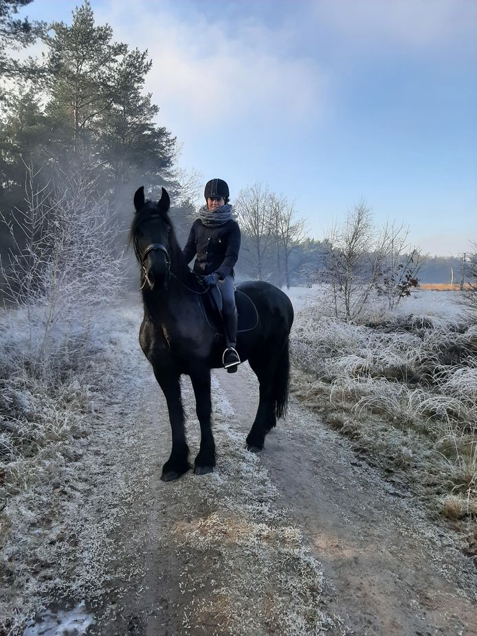 Te paard in een witte wereld in het bos bij de Grote Cirkel.