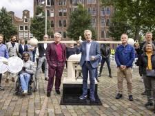 André van Duin slaat eerste munt ter ere van 25 jaar Pride Amsterdam