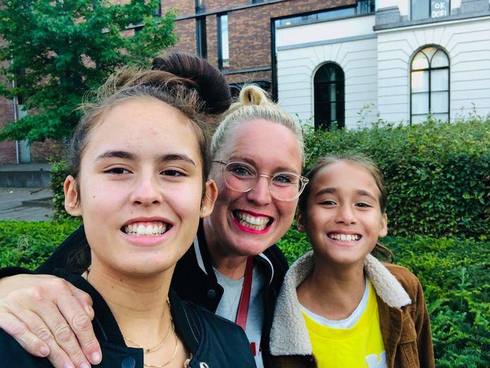 Noortje van Venrooij met haar dochters Oona (15) en Liva (11) Tahapary.