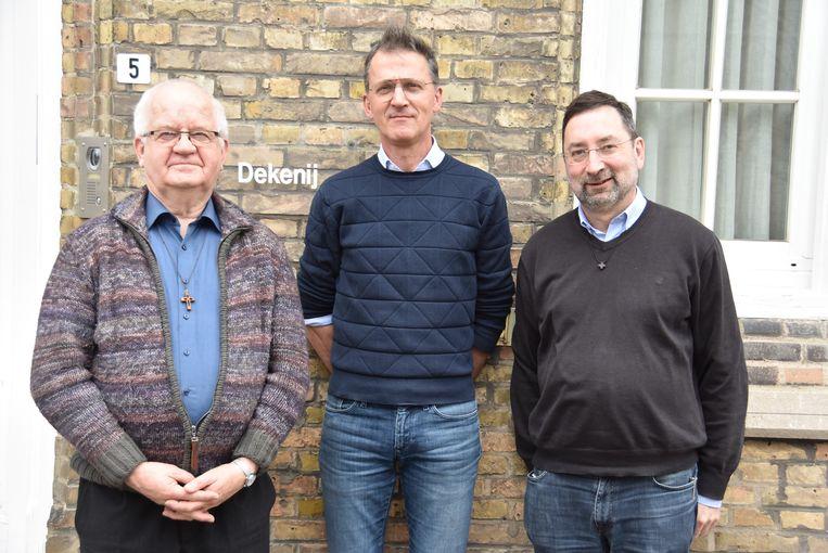 Ieperling Kris Coussens (56) midden, tussen  deken Roland Hemeryck (links) en deken Miquel Dehondt.