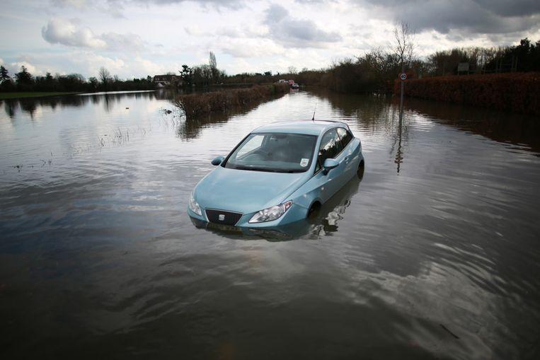 Ondanks alle maatregelen is vanmiddag het dorp Datchet in het zuiden van Engeland ondergelopen.<br /><br />De Engelse overheid waarschuwt voor ernstig overstromingsgevaar in 16 plaatsen langs de de rivier de Theems. Duizenden huishoudens moeten zich daar op voorbereiden. Sinds december zijn al zo'n 8000 woningen getroffen door het hoge water.<br /><br />Na twee maanden van recordneerslag voorspellen meteorologen nog zeker tot en met donderdag iedere dag regen. Vooral de graafschappen Berkshire en Surrey zullen vermoedelijk met wateroverlast te maken krijgen. <br /><br />De Britten worstelen met het natste weer sinds 1766. Het water in de rivier stond in tientallen jaren niet zo hoog en stijgt nog steeds. Beeld getty