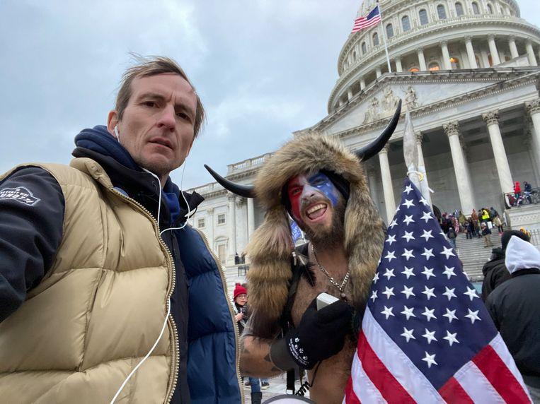 Michiel Vos naast een betoger aan het Capitool: 'Trump is héél ver mogen gaan. Ook Europa mag dat als een waarschuwing beschouwen, want de VS zijn geen vacuüm.' Beeld MIchiel Vos