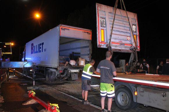 De laadklep van de vrachtwagen sneuvelde ook.
