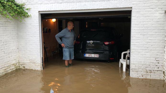 Paul Langendries in zijn ondergelopen garage.