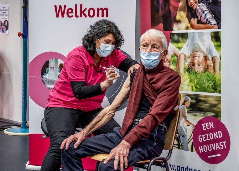 Meneer Bieleveldt (91):  'Ik wil graag gevaccineerd worden.' Beeld Raymond Rutting / de Volkskrant