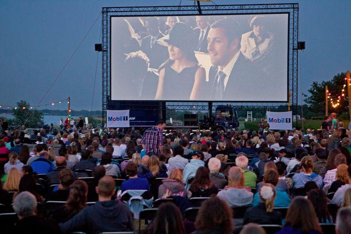 In Spijkenisse is vrijdag en zaterdag een bioscoop aan het water. Vanwege corona moet er afstand worden gehouden en zijn maximaal 250 bezoekers per voorstelling welkom.