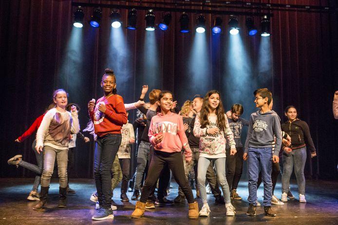 Scholieren van De Maten in actie op het theaterpodium van De Bond.