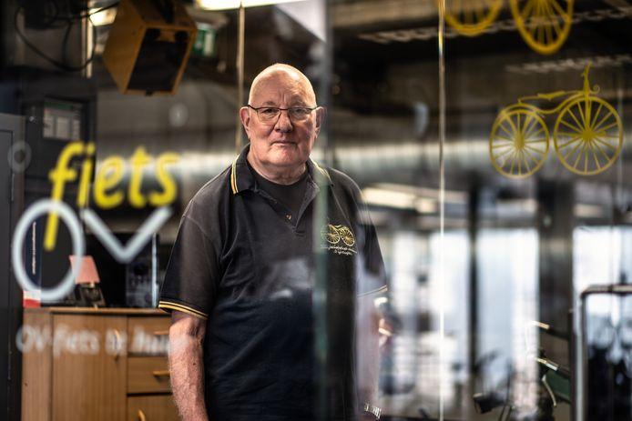 Meneer Jacobs is sinds mensenheugenis het gezicht van de fietskelder onder het centraal station.