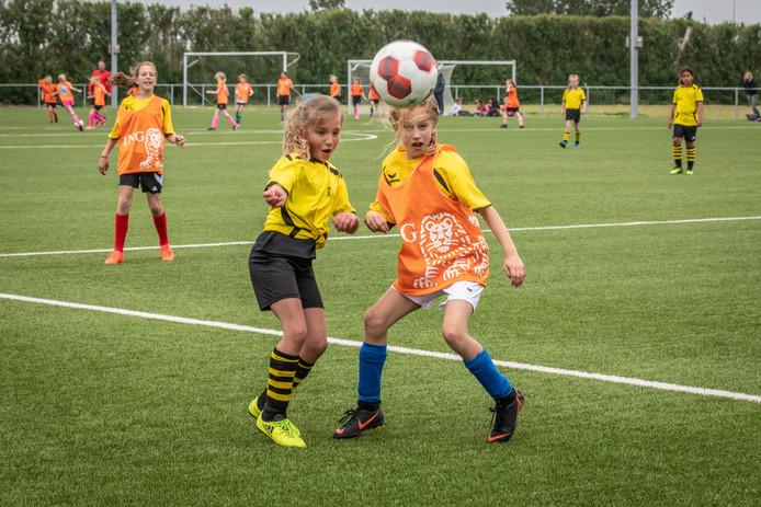 Finale meisjes voetbal in de categorie groep 5 en 6 in Wolphaartsdijk; De Welle uit Kruiningen (gele shirts) tegen De Wissel uit Vlissingen.