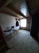 De opkamer waar ome Jan zijn hele leven lang sliep. Het huis staat al tien jaar leeg, maar zijn jasje hangt er nog altijd.