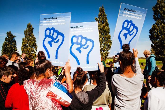 Demonstranten tijdens een demonstratie van DeGoedeZaak en Defence for Children tegen het uitzetten van gewortelde kinderen in Nederland. Hayarpi (20) en haar broertje Warduhi (19) en zusje Seyran (14) dreigen na 9 jaar uitgezet te worden naar Armenie.