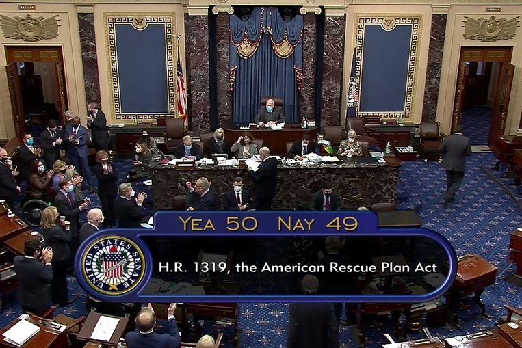 De Amerikaanse Senaat nam het steunpakket met één stem verschil aan.  Beeld via REUTERS