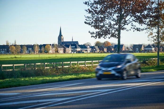 De wijk Repelakker in Zeeland gezien vanaf de Bergmaas. Op de voorgrond wil de gemeente 380 huizen laten bouwen.