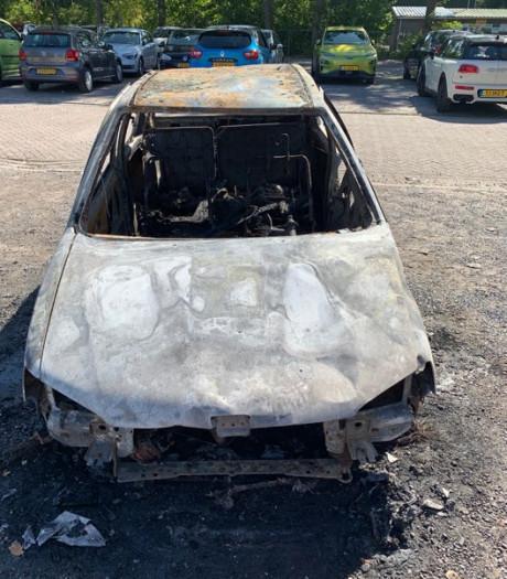 Waarom ging de auto van Calvin in vlammen op?