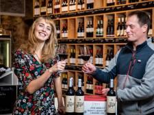 Met 1200 flessen eigen wijn zingt chansonnière Tess Merlot zich door de tweede golf heen