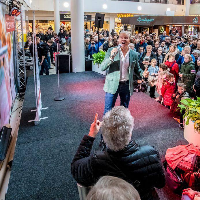 """Optreden van Dries Roelvink in 2019, tijdens Smartlappendag in de Roselaar. Goed idee, vindt retailspecialist Paul Moers. ,,Een goed winkelcentrum organiseert regelmatig activiteiten."""""""