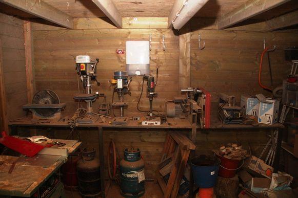 Het tuinhuis werd omgevormd tot atelier om messen te maken.