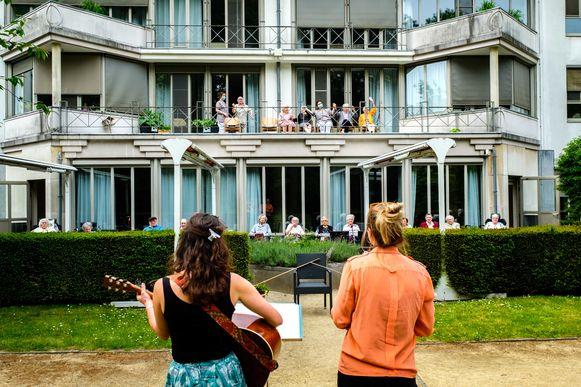 Hanne Peetermans (met gitaar) en Fien Desmet zingen klassiekers voor de bewoners van het Sint-Gabriëlrusthuis.
