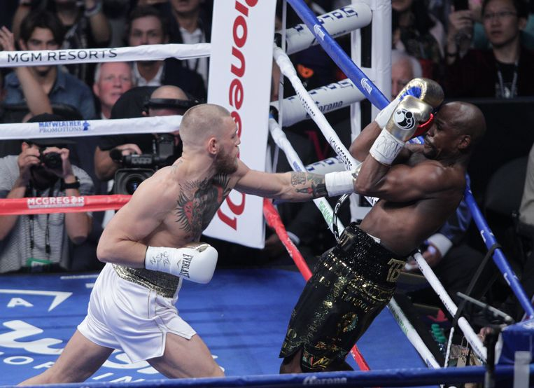 Undefeated boxing champion Floyd Mayweather, Jr. (R) defends against mixed martial arts star Conor McGregor (L) at the T-Mobile Arena in Las Vegas, Nevada.  McGregor, a two-time world champion in MMA's Ultimate Fighting Championship who has never boxed professionally, is taking on Mayweather, who retired unbeaten in 2015 with a perfect 49-0 record.  / AFP PHOTO / John Gurzinski Beeld AFP