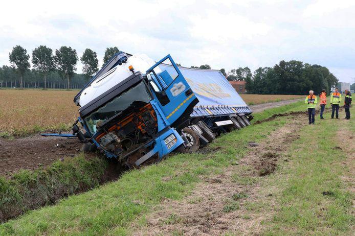 Een vrachtwagen op de A6 is woensdagmiddag van de weg geraakt en in de sloot beland nadat de chauffeur werd gestoken door een bij.
