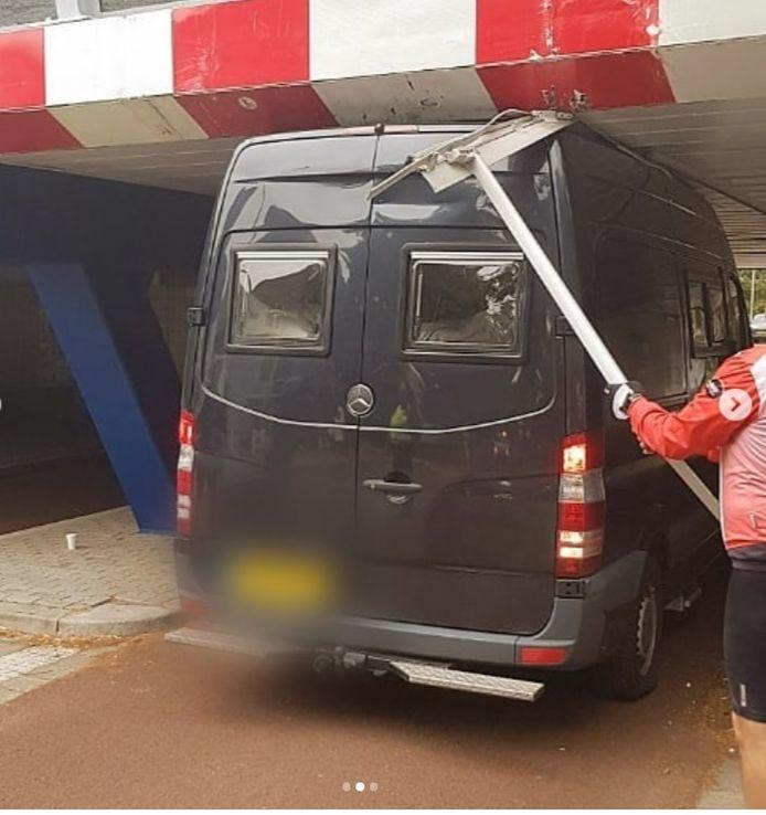 Een auto bleek te hoog voor het viaduct op de Prins Hendriklaan in Utrecht.