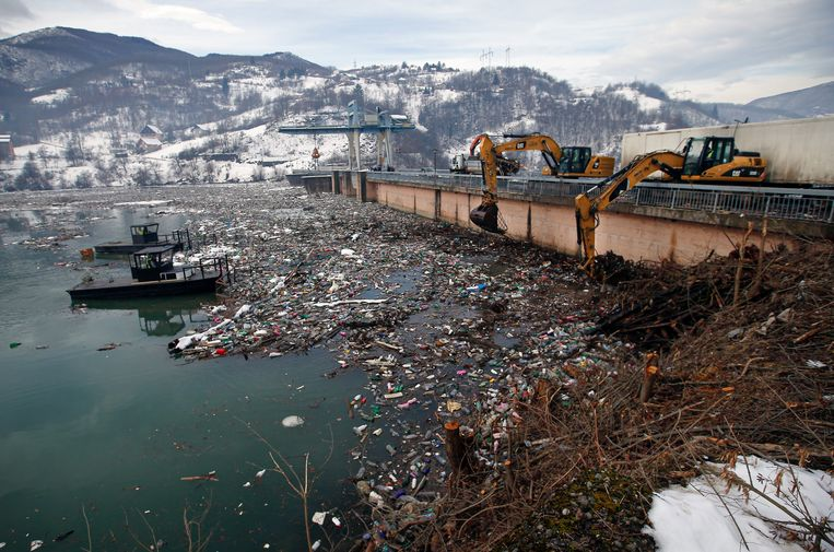 Graafmachines verwijderen afval uit het Potpecko-meer. Beeld Darko Vojinovic / AP