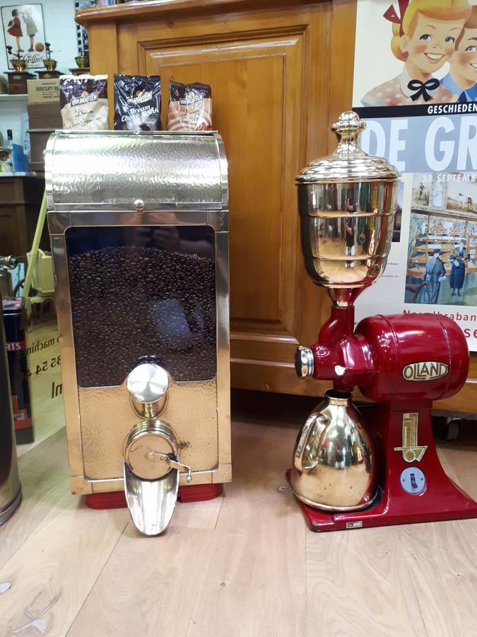 Een oude koffiesilo en koffiemolen. Twee pronkstukken in het museum van Ton van Belkom. Foto Janneke Hobo