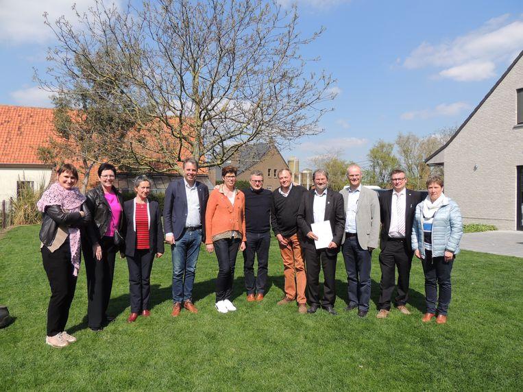 Danny De Paepe en Nadia Sucaet, Minister Koen Van den Heuvel en het stadsbestuur van Deinze in Hof Ter Motte.
