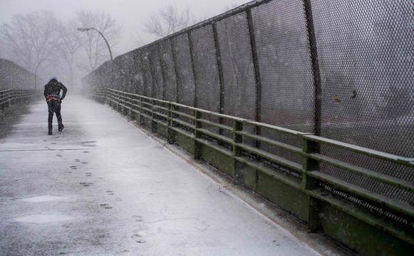 Een man trotseert de koude in New York.