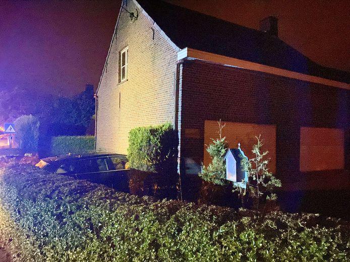 In het Vlaamse Putte reed een wagen door de gevel van een woning.