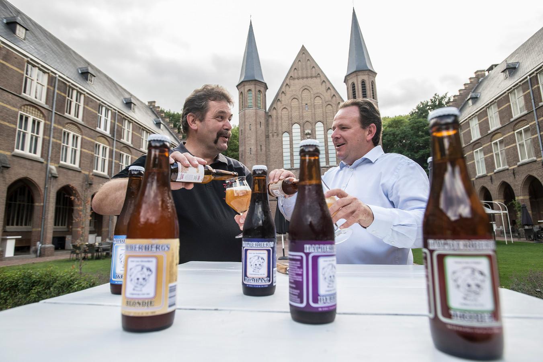 Organisator Jan Dommisse (l) en Tim Berendsen nemen alvast voorproefje op het Hoevens Speciaalbier Festival dat aanstaande zaterdag gehouden wordt.