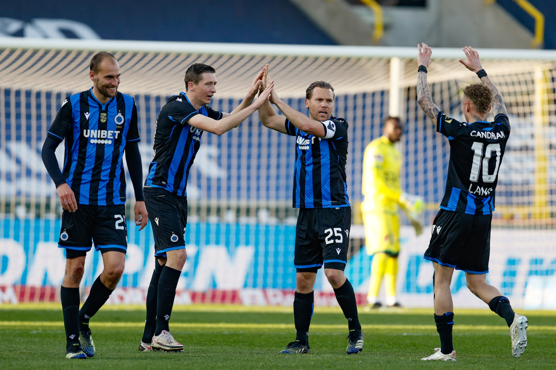 Bas Dost, Hans Vanaken, Ruud Vormer en Noa Lang vieren een doelpunt van Club Brugge. Beeld BELGA