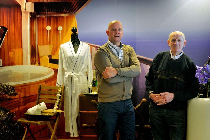 Vader Ad en zoon John Goverde in het familiebedrijf  Pelikaan Reizen. Deze foto is gemaakt in 2015.
