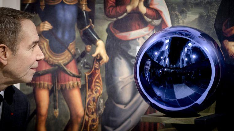 Jeff Koons bij zijn 'Gazing Ball'. Het werk ligt nu in scherven. Beeld ANP