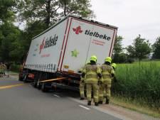 Vrachtwagens proberen elkaar te passeren in Lunteren, maar één van de twee belandt toch in de sloot
