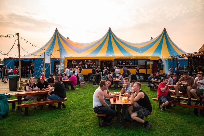 De festivalbus van Lijn 99 zou dit jaar op festivals staan, maar brandde voor de ogen van de bandleden af.