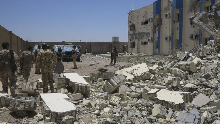 Iraakse veiligheidsagenten in Ramadi, waar hevige gevechten worden gevoerd met ISIS. Beeld reuters