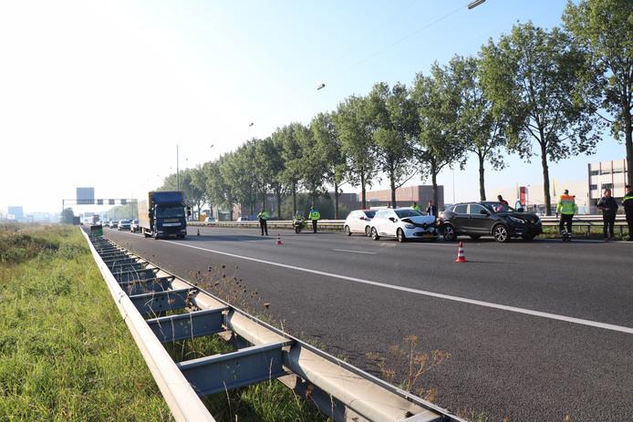 Minstens drie auto's raakten betrokken bij een ongeluk op de A12. Daardoor ontstond een flinke file tussen de Duitse grens en Duiven.