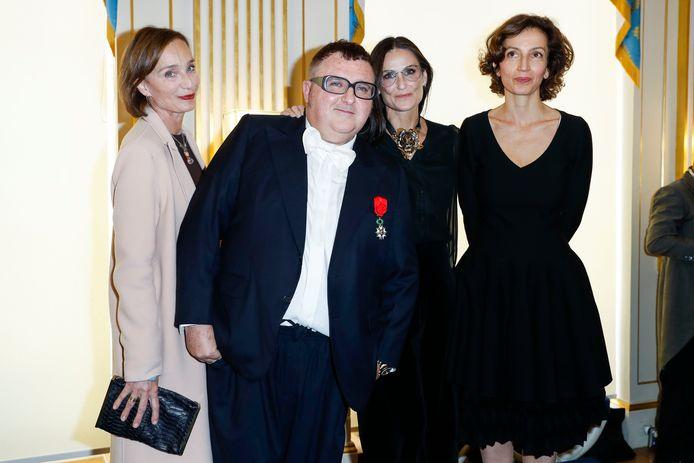 Alber Elbaz, décoré par la ministre Audrey Azoulay et entouré par Kristin Scott Thomas et Demi Moore, en 2016