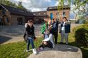 Vlaamse overheid investeert 45.000 euro in 'Het Klokhuis' als nieuw Overkophuis Begeleiders Ahlam en Thijs met enkele van de jongeren
