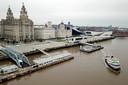 Een ferry vaart op de Mersey-rivier in Liverpool.