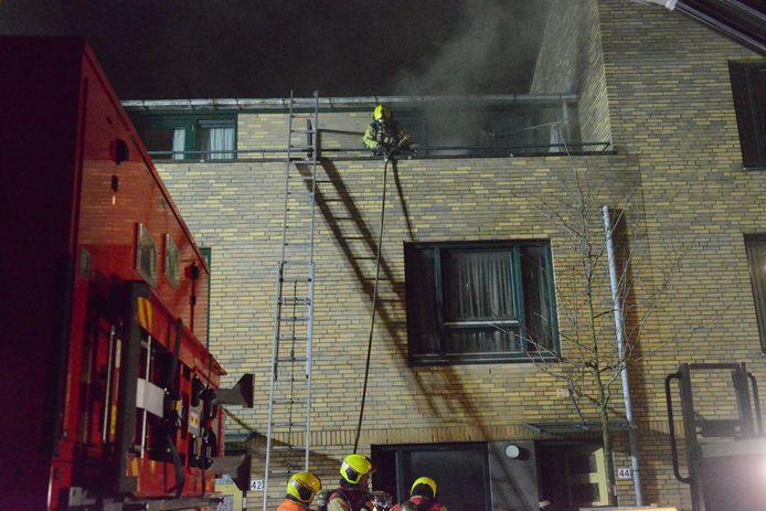 Brandweer redt vier bewoners bij een woningbrand in Den Haag.