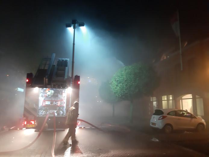 De brandweer schaalde op naar middelbrand en was met meerdere blusvoertuigen ter plekke om het vuur te bestrijden.
