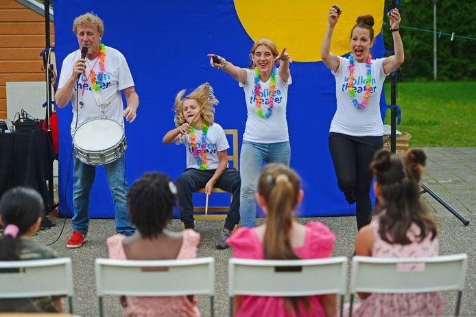 Theatergroep Wolkentheater trakteert kinderen AZC op een vrolijke noot met circusvoorstelling en kleine festivalletje op het terrein van het AZC.
